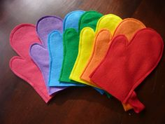 Felt Toy Oven Mitts - Perfect for a DIY toy kitchen set. Doesn't include link but shouldn't be too hard to figure out...
