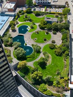 This elaborate garden atop a parking garage in San Francisco was inspired by the rooftop garden at Rockefeller Center in NYC. En Socyr somos especialistas en Impermeabilizacion con epdm resitrix totalmente adherido de Cubiertas ajardinadas Green roofs insulate like a blanket, saving energy; they provide natural habitats for birds, butterflies, honeybees, lady bugs, and migrating birds. On this roof, soil depth ranges from four to eight inches. Más información en www.socyr.com 962712423