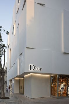 Commissioned by French luxury goods company Dior, architecture firm Barbarito Bancel Architects was asked to design a building for their new boutique in Miami, Florida. Haute Couture and architectu. Classy Aesthetic, Beige Aesthetic, Aesthetic Vintage, Aesthetic Photo, Aesthetic Pictures, Collage Mural, Photo Wall Collage, Picture Wall, Aesthetic Backgrounds