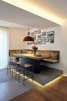 Olha que interessante essa sala de jantar, a mesa e o banco estão em um nível mais alto, possibilitando também o uso de bancos altos. A iluminação embaixo da plataforma e o banco sem pernas dão a sensação de leveza. Bem diferente não acham? Projeto: Martin Falke