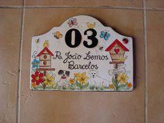 placa numero para residencia em ceramica-baixo esmalte, podendoser personalizada, no caso cachorro e gato da dona da placa. COMO NÃO TEM FERRAGEM TEM QUE SER CHUMBADA NA PAREDE