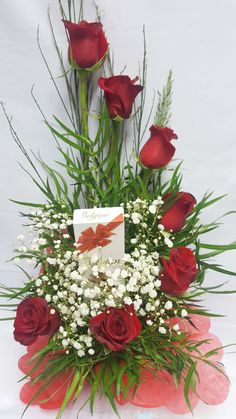 Pin by Becca Shepard on Wedding Ideas Valentine's Day Flower Arrangements, Flower Centerpieces, Flower Decorations, Beautiful Rose Flowers, Unique Flowers, Memorial Flowers, Valentines Flowers, Deco Floral, Floral Bouquets