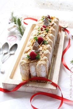 Pastry log with white chocolate and raspberry insert No Cook Desserts, Dessert Recipes, Pumpkin Cheesecake Recipes, Christmas Cheesecake, Christmas Breakfast, White Chocolate, Chocolate Pastry, Chocolate Log, Food Videos