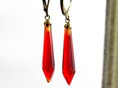 Original alte Lüster Ohrringe ROT. Die roten Glaspendel sind Originale aus den 60er Jahren.  Sie changieren, je nach Lichteinfall, von Tomatenrot bis Dunkelrot. Die Ohrhaken (neu) werden hinter dem Ohrloch zugeklappt. Sie sind nickelfrei und bronzefarben.