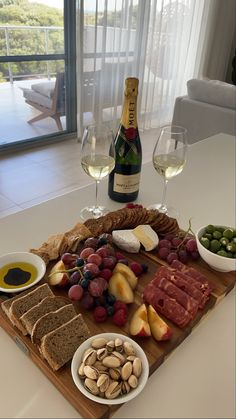 Charcuterie Recipes, Charcuterie Board, Healthy Snacks, Healthy Recipes, Food Platters, Food Goals, Aesthetic Food, Food Cravings, Food Inspiration