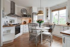Mäklare Göteborg – Wettergren Fastighetsbyrå Swedish House, Jacuzzi, Kitchen, Table, Furniture, Home Decor, Cooking, Decoration Home, Room Decor