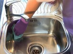 How to clean stainless steel sink - lemon juice, baking soda, baby oil! see video! I do this every week! I use the residual from the baby oil paper towel on all of my stainless steel appliances! Household Cleaning Tips, House Cleaning Tips, Green Cleaning, Cleaning Hacks, Kitchen Cleaning, Cleaners Homemade, Diy Cleaners, Baby Oil Uses, Guter Rat