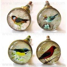 Boutons de meuble oiseaux en verre et en laiton. Dimensions: bouton ø 3 cm x 3 cm de long + pas de vis 3,7 cm de long x ø 4 mm Lg totale 7,3 cm. 17,25 € les 4