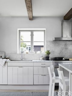 See this list from ELLE Decor on 7 home decor trends that will be HUGE this Spring! Small Modern Kitchens, Modern Kitchen Design, Beautiful Kitchens, Interior Design Kitchen, Cool Kitchens, White Kitchens, Farmhouse Kitchens, Italian Kitchens, Tiny Kitchens