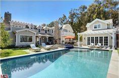 Howie Mandel is selling his Cape Cod-style home in Malibu Malibu Mansion, Malibu Homes, Celebrity Mansions, Celebrity Houses, Luxury Mansions, Cape Cod Style House, Rich Home, My Pool, Pool Houses