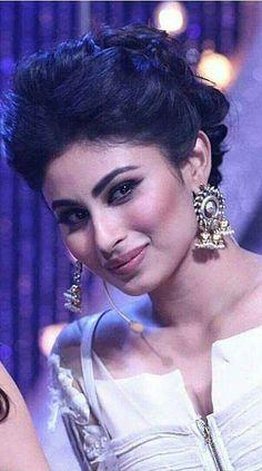 Teen Actresses, Indian Actresses, Beautiful Bollywood Actress, Beautiful Actresses, Mouni Roy Dresses, Mauni Roy, Actress Pics, Tv Girls, Pakistani Girl