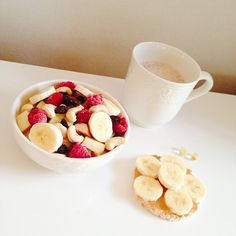It's Monday again.. Can't wait to hit the gym after school today for some back and biceps/triceps. #Breakfast: • Quark with funlight strawberry, topped with an apple, banana, raspberries, cashews and raisins! I also added loads of cinnamon. • Ricecake with pb and banana slices. • Unsweetenedd soymilk heated with some calorie free chocolate styrup. • Omega 3. #Padgram