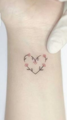 Tatto delicada coração com flores