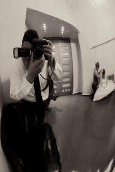 Aqui les dejo una pick de cuando estaba por comenzar una boda, estaban dando un retoque a la novia y pues aproveche el momento que me tope con un arreglo de espejo... Espero les guste!!... Slds