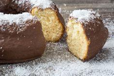 Il ciambellone al cocco con cioccolato fondente è un dolce morbido e dal sapore coinvolgente, perfetto per la colazione e la merenda ma anche per terminare un pasto. Ecco la ricetta
