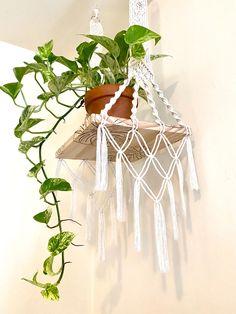 Macrame Bracelet Patterns, Macrame Patterns, Weaving Projects, Macrame Projects, Arts And Crafts Storage, Macrame Wall Hanging Patterns, Macrame Design, Macrame Knots, Plant Hanger