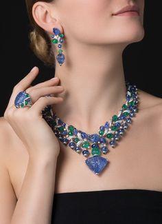 CARTIER. Collier / Pendentif - platine, un saphir de Birmanie gravé de 110,29 carats, un saphir de Birmanie gravé de 21,20 carats, une émeraude de Zambie côtelée de 18,42 carats, émeraudes gravées, saphirs gravés, diamants taille brillant. Le saphir est a http://amzn.to/2t4LLh7