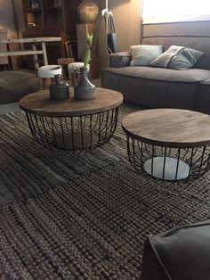 Der moderne Couchtisch Eva weicht deutlich vom klassischen Formdesign eines Couchtisches ab. So ruht bei diesem optisch charmant wirkenden Couchtischmodell die Tischplatte aus massivem Holz auf einem Korbgestell aus schwarz lackierten...
