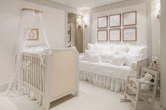 Quarto de bebê com decoração romântica, toda em branco