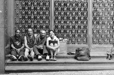 No último Dia dos Pais, enquanto a maioria das pessoas celebrava a data com almoços na casa da família, a fotógrafa Merylin Esposi saiu às ruas de São Paulo para conversar com homens que já tiveram casa, carro e emprego, mas, por diferentes razões, dormem hoje nas calçadas da cidade.