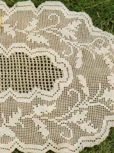 Un centro ovale  lavorato a rete filet . Per la sua realizzazione ci occorrono 250 g di cotone del n. 12, 1 uncinetto del n. 1,00.  Il ce...