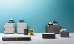 Da-Do by #Alf #Dafre è un gruppo letto componibile caratterizzato dalla grande #modularità e #versalitità. Rigoroso e lineare abbina due finiture, una per l'esterno e una per coperchio e fascia verticale che funge da presa per l'apertura. Semplicemente sovrapponendo i moduli o fissandoli a parete, #DaDo offre infinite possibilità compositive per sfruttare al meglio lo spazio e personalizzare in modo unico l'ambiente #notte.