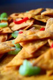 Domowe nachos...  Idealnie chrupkie i złociste.  Delikatnie pachnące kuminem.  Podane z guacamole  i salsą pomidorową .  Posypane posiekaną ...