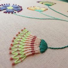 """205 Likes, 3 Comments - Nuria Picos (@nuriapicos) on Instagram: """"Hoy en los #martesdebordado de @duduabcn seguimos con las flores bordadas #bordado #embroidery…"""""""