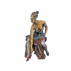 PEQUEÑA FIGURA FEMENINA EN BRONCE  Pequeña figura en bronce de mujer sentada sobre taburete que esconde anatomía genital. Medidas: 7 cm de alto.- Grupo Appolo