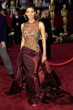Halle Berry In Elie Saab at the 2002 Academy Awards Oscar Gowns, Best Oscar Dresses, Iconic Dresses, Glam Dresses, Mini Dresses, Pretty Dresses, Beautiful Dresses, Wedding Dresses, Elie Saab