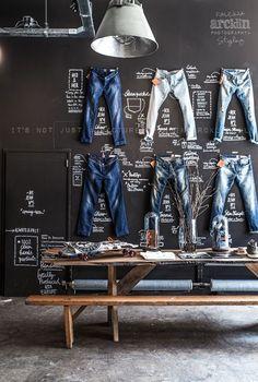 MOOI Ik vind het mooi hoe de broeken zijn opgehangen aan de muur en dat er ook informatie staat daarbij. Ik vind het er erg modern uitzien.