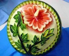 Und wieder die beliebte Wassermelone mit einer schönen Blumen Schnitzerei im Food Art Style