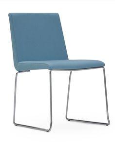 La silla retro Hol de Vicente Soto está desarrollada para cubrir una amplia gama de espacios: piezas apilables, distintos respaldos y alturas que configuran una colección muy completa. Además de la forma característica del respaldo, el rasgo estético más destacado de la colección es el contraste entre la dureza del acero en la base y