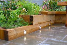 Image from http://diyhomedesignideas.com/images/gallery/garden/raised/photo-6.jpg.