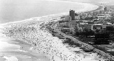 Praia da Barra da Tijuca no início dos anos 70  https://www.facebook.com/Guarantiga/photos/a.490233921007939.115673.490210317676966/1094553307242661/?type=3&theater