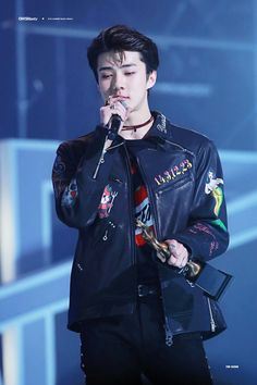 Sehun looking gorgeous af.