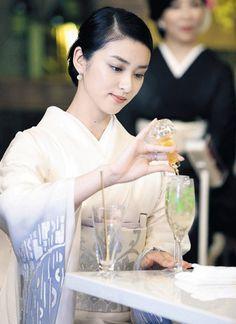 グラスにカクテルを注ぐ武井咲