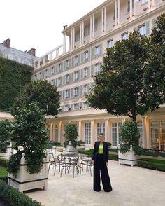 Paris com glamour tem endereço certo: o cinco estrelas @lebristolparis. Nossa @paulimerlo está sendo muuuito feliz no hotel que já recebeu Coco Chanel Picasso e Kim Kardashian. O jardim interno que fica lotado no verão é o lugar perfeito para tomar um chá acompanhado de um belo croissant  e descansar da badalação das comprinhas no Faubourg Saint Honoré onde ele fica.  via GLAMOUR BRASIL MAGAZINE OFFICIAL INSTAGRAM - Celebrity  Fashion  Haute Couture  Advertising  Culture  Beauty  Editorial…