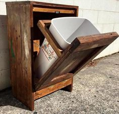 Wooden Pallet Furniture wooden pallet trash can holder - So people have a look at these 20 DIY pallet ideas that should in your next to do list as they are really fascinating and fun to resist. Wooden Pallet Projects, Wooden Pallet Furniture, Wooden Decor, Wooden Pallets, Pallet Ideas, Wooden Diy, Pallet Sofa, Pallet Benches, Pallet Tables