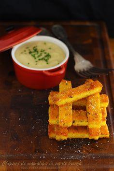 Chipsuri de mamaliga cu sos de branza, reteta culinara. Reteta aperitiv din mamaliga si branza. Polenta chips with cheese dip. Sos de branza cum se face.