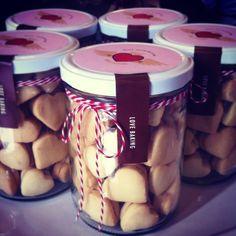 Alfajores, galletas polvorosas rellenas de dulce de leche, pídelas por nuestra tienda online en www.homebaked.com.co Granola, Mini Cookies, Cupcakes, Nutribullet, Relleno, Chocolates, Baking, Gifts, Diy