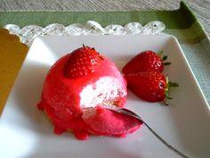 Il semifreddo alle fragole è un dolce fresco e delicato, ottimo come dessert da servire a fine pasto! Scopri come prepararlo in casa...