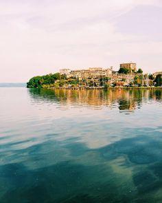I have discovered a very beautiful place . #capodimonte #bolsena #bolsenalake #marta #italia #italy #viterbo #lazio #roma #igersitalia #vsco #vscoitaly #volgolazio #whatitalyis #traveling #travel #lake #water #lago #cielo #sky #reflection #love #autumn #autunno #city #town #paradise #relax #nature