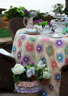 Grandmother's Flower Garden quilt as a table cloth . Fresco, Boho Home, No Rain, Hexagon Quilt, Black Eyed Susan, Sewing Table, English Paper Piecing, Vintage Quilts, Vintage Linen