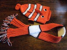 Deze fish muts (patroon op knitty), en de bijpassende sjaal gebreid van wibra en zeeman acryl.