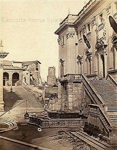 Campidoglio, Palazzo Senatorio, sullo sfondo la scalinata del Convento di Santa Maria in Ara Coeli demolito per i lavori del Vittoriano, e la Torre delle Milizie. Anche la Balaustra della fontana venne tolta verso il 1940 durante i lavori del rifacimento Michelangiolesco della piazza. Anno: 1855