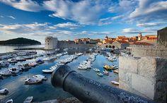 Dubrovnik es una de las ciudades más hermosas del mundo. Es patrimonio mundial de la UNESCO y el destino con mayor turismo de Croacia. Está rodeada de murallas y fortificaciones, al pie de la montaña de San Sergio y con el mar Adriático presente.