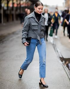 Easy Fashion Tips Mom Jeans Outfits With a Cropped Jacket Fashion Tips Mom Jeans Outfits With a Cropped Jacket Mom Jeans Outfit, Black Jeans Outfit, Casual Jeans, Denim Outfit, Boyfriend Jeans, Jean Outfits, Cool Outfits, Plain White Sneakers, Tweed