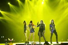 MAMA2015's highlight last night... of course its 2NE1's legendary surprise appearance! hello bitches!!