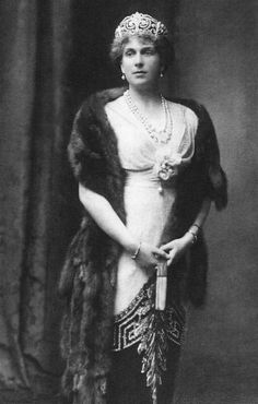 La Reina Maud, luciendo un vestido de Worth. También la Reina Victoria Eugenia llevó uno igual (con ligeras diferencias en el escote)